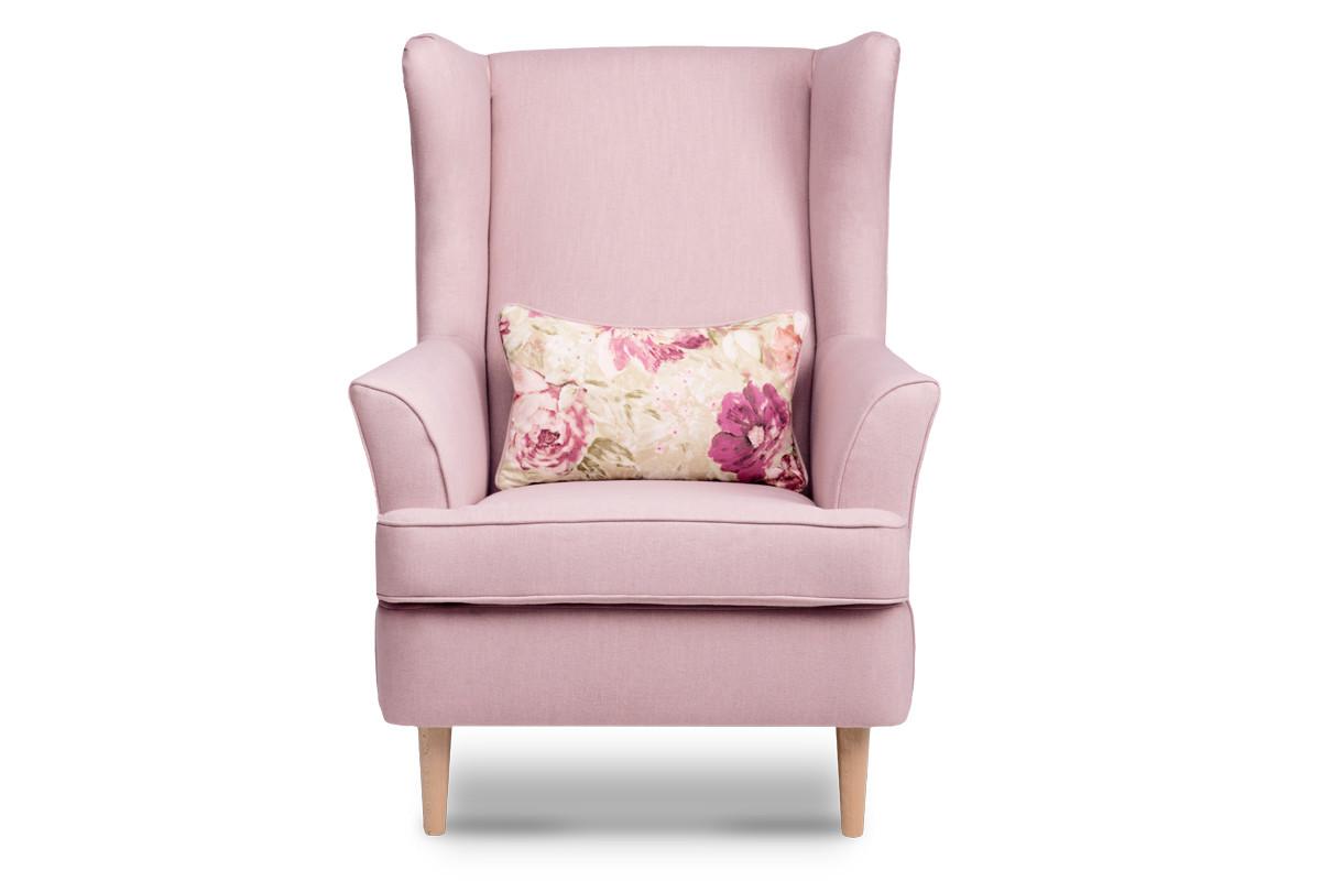 Skandynawski fotel pudrowy róż na nóżkach