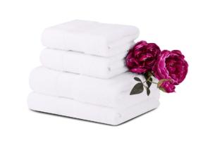 MANTEL, https://konsimo.pl/kolekcja/mantel/ Komplet ręczników średnich 4 szt. biały - zdjęcie